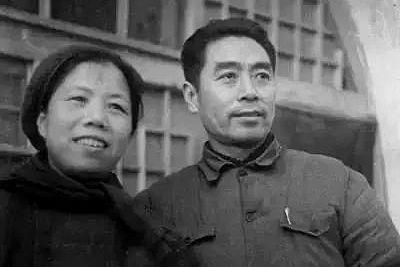 1946年,两人在南京中共代表团驻地梅园新村30号院内。