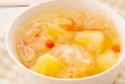 原料:枸杞20粒、菠萝1/4个、银耳两朵、冰糖适量