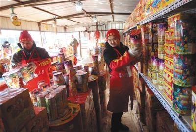2017年1月22日,小武基桥北熊猫烟花销售点,工作人员正在准备销售的烟花。新京报资料图片 王贵彬 摄