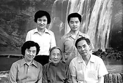 侯云德院士(右一)全家福。图片来源:人民日报
