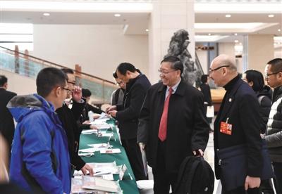 昨日,北京会议中心,参加全国政协十三届一次会议的全国政协委员到达驻地报到。