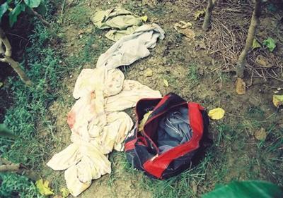案發現場照片,帶有血跡的可疑衣物。 受訪者供圖