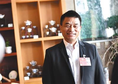 昨日,全国政协委员、新希望集团董事长刘永好接受记者采访。新京报记者 陶冉 摄