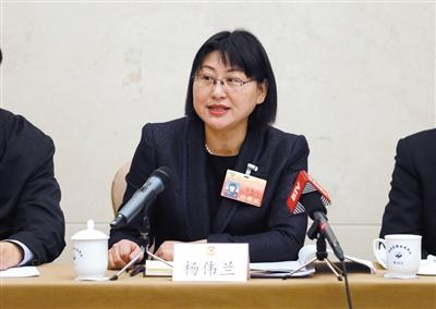 昨日,市政协委员杨伟兰在小组会上发言。