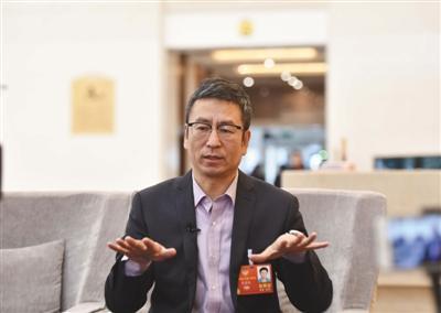 昨日,北京会议中心,全国政协委员白岩松接受新京报记者专访。新京报记者 陶冉 摄