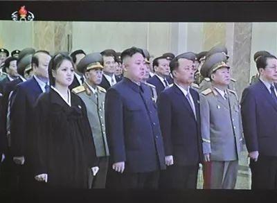 △2012年12月17日,朝鲜平壤,金正恩偕夫人李雪主(左一)及党政军高层干部参谒锦绣山太阳宫。