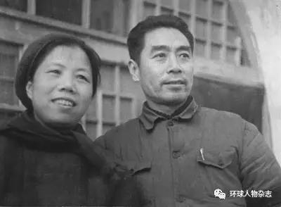 1944年,邓颖超同周恩来在延安。