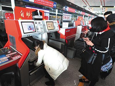 2月3日,T3航站楼,旅客正在使用自助托运柜台。