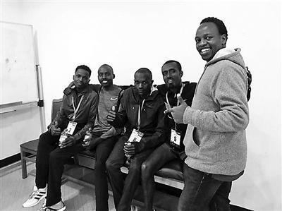 欧辰(右一)和非洲运动员