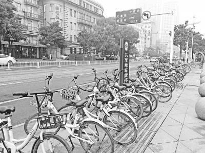 汉口沿江大道江汉门,禁停指示牌被共享单车围堵