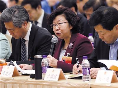 昨日,市政协委员李建丽在联组会上发言。