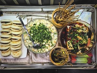 昨日,西成高铁成都首发列车D4252准备的双城美食:冒菜、钵钵鸡、羊肉泡馍、肉夹馍和熊猫套餐。图/视觉中国