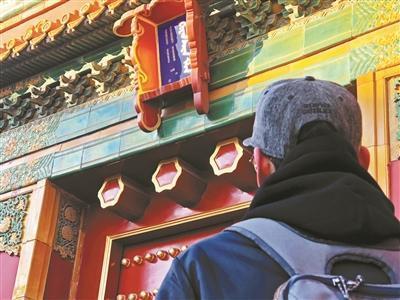 网友担心故宫前星门斗匾上的汉字脱落或被盗 摄影/本报记者 屈畅