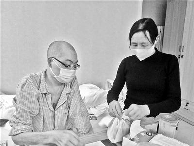 眼下李真母子俩点外卖解决吃饭问题。(图片来源:北京青年报)