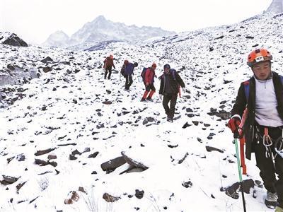 搜救队在山上搜寻。图片来源:北京青年报