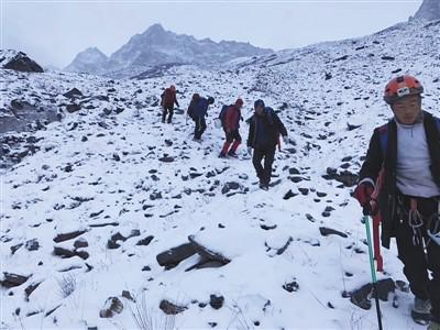 救援队员上山寻找遇难者。受访者供图