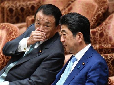 资料图:安倍晋三(右)、麻生太郎(左)