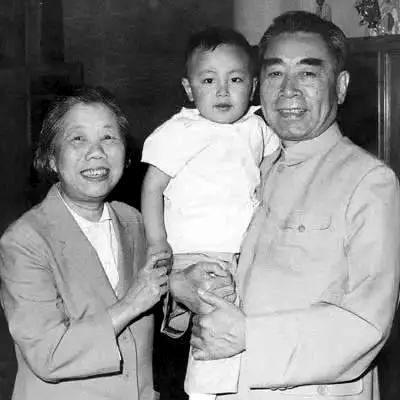 1964年,周恩来与邓颖超在机场。