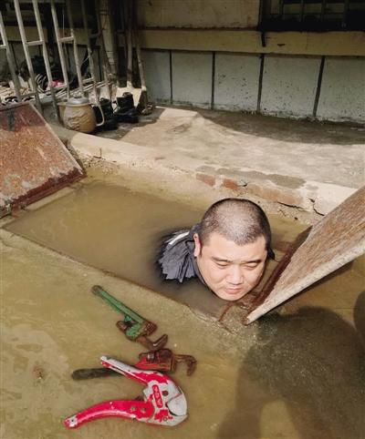 张威同事全身泡在水中作业