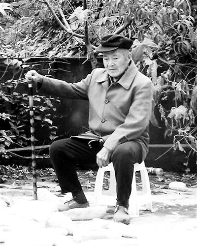 ▲九旬老人薛于恒依旧坚持劳动,做农活间或休息一下。