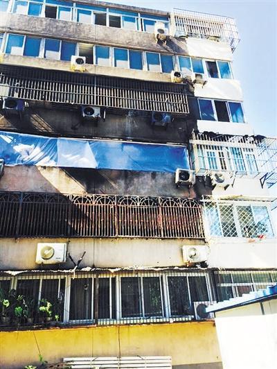 事发多日后,新源西里小区遭叶剑钊纵火的住宅楼仍留有被烧过的痕迹,等待修缮。资料图片/李禹潼 摄
