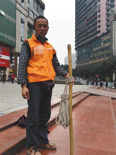 ▲补先生穿着软件公司马甲在街上揽活