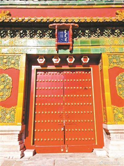 斗匾上原本有汉字的位置现在留下一些金色痕迹。