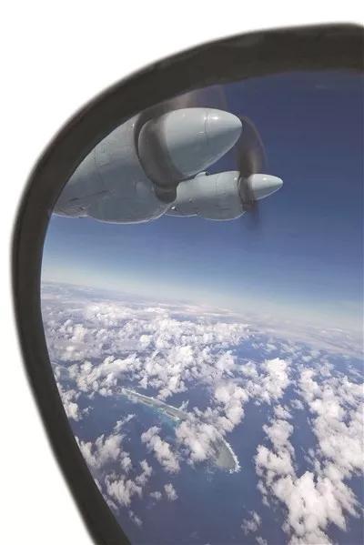 国产中型运输机群沿着预定航线,飞越南海上一座座美丽的岛礁。 刘应华摄