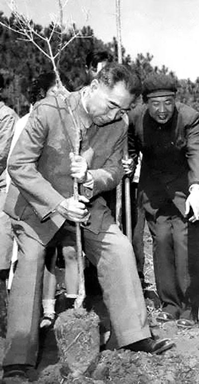 1964年10月16日,周恩来宣布我国第一颗原子弹爆炸成功。