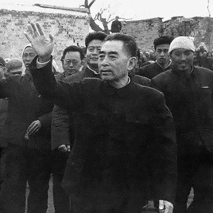 文革期间,周恩来在视察大庆时为了节省时间工作而狼吞虎咽。