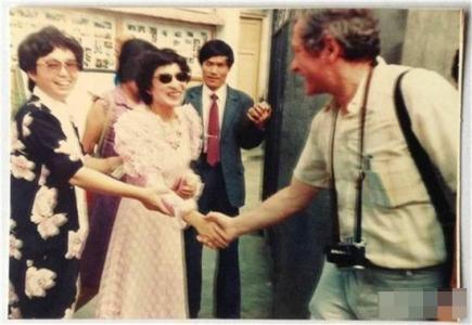 外国记者采访李芳洲。受访者供图