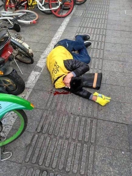 ofo运维工作人员被打倒在地。(市民供图)