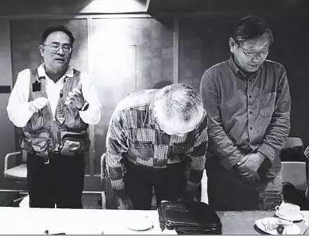 陈小鲁(右二)带领部分校友,向老师鞠躬道歉。图片来自网络