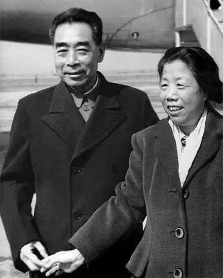 1964年,周恩来与邓颖超观看体育比赛。