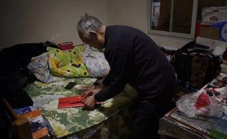 ▲2月24日,昌平天通苑北某公寓内,廖永林(化名)正在整理自己购买的收藏品。图片来自新京报