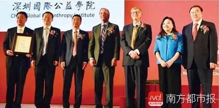 何巧女和比尔·盖茨都是深圳国际公益学院的发起捐赠者。