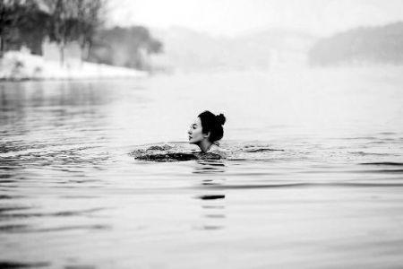 50岁辣妈爱冬泳曾横渡马六甲海峡 儿子叫她女神