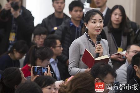 昨日的全国政协发布会上,南都记者裘萍在都市类媒体中第一个提问。