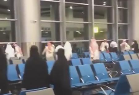 爆炸声传出后,旅客纷纷向机场窗边跑去