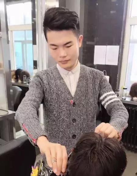 正在练习剪发的陈坦炟。李俊萱摄