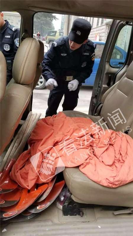 民警检查犯罪嫌疑人车内情况,里面有大量铁锹和布袋等工具