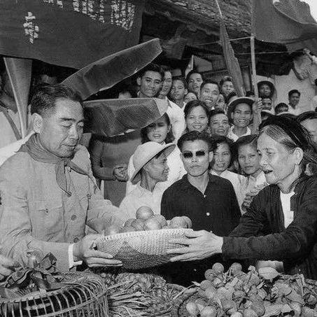 1963年3月,周恩来设宴欢迎访华的老挝国王瓦达纳。