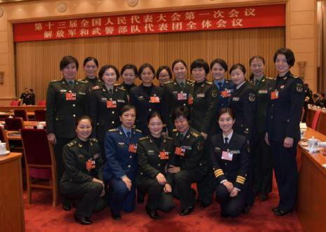 3月7日上午,出席十三届全国人大一次会议的解放军和武警部队代表团举行第一次全体会议。图为与会女代表在会议间隙合影留念。记者冯凯旋 摄