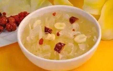 银耳和莲子是我们生活中最常见的搭配,我们平时经常会煲银耳莲子羹。