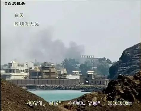 临沂舰抵近也门亚丁港,通过舰艇设备观察到码头附近的炮火硝烟(图为设备截图)