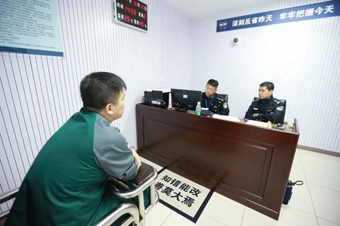 民警在对朱某进行审讯。警方供图