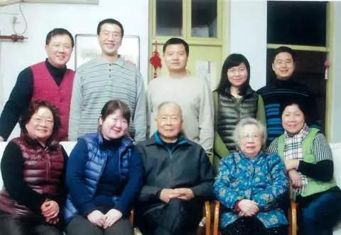 △ 2013年2月,谭崇台及夫人(前排右二)在家中 图来自中华儿女报刊社