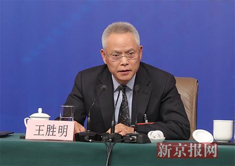 十二届全国人大内司委副主任委员王胜明回答记者提问。新京报记者 侯少卿 摄