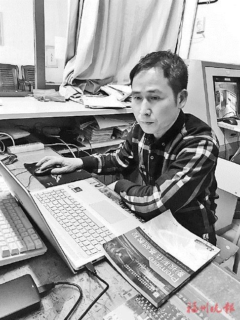 林振平在练习视频剪辑。