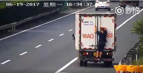 司机用羊粪挡车牌还甩锅给羊 交警:我又不是傻子江西红途新闻